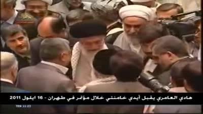 هادي العامري يقبل يد خامنئي أثناء مؤتمر عقد في طهران، سبتمبر 2011.